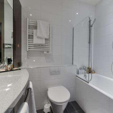 Hôtel du Pré - Salle de bain avec baignoire