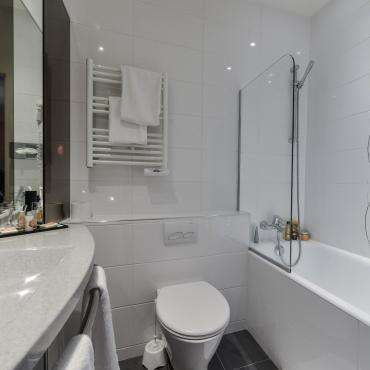 Hôtel du Pré - bathroom with bathtub